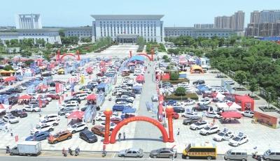 2017松滋洲业国际汽车城大型公益车展现场.
